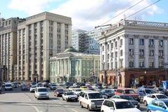 Byggnaden av den statliga Dumaen bredvid husunioner Royaltyfri Fotografi