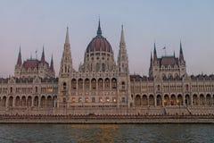 Byggnaden av den ungerska parlamentet i Budapest royaltyfri bild