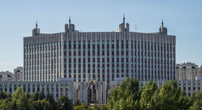 Byggnaden av departementet av försvar som är från den ryska federationen i Moskva Arkivfoto