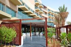 Byggnaden av det moderna lyxiga hotellet Royaltyfri Bild