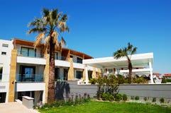Byggnaden av det moderna lyxiga hotellet Arkivfoto