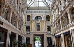 Byggnaden av `en för mitt`-passage, Ingång till och med valvgången, från den Deribasovskaya gatan odessa ukraine Royaltyfri Bild