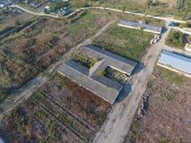 Byggnaden av en gammal lantgård för nötkreatur Bästa sikt av lantgården Lagring av baler av hö på den gamla lantgården Arkivbild