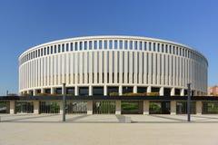 Byggnaden av en modern rymlig stadion av fotbollklubban Krasnodar på en solig dag Fasadgarnering göras av italiensk trav royaltyfria bilder