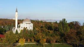 Byggnaden av en moské bland höstträd