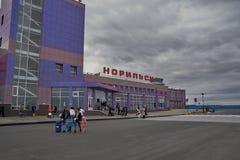 Byggnaden av flygplatsen i Norilsk Royaltyfria Foton