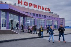 Byggnaden av flygplatsen i Norilsk Arkivbilder