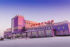 Byggnaden av flygplatsen i Norilsk Royaltyfria Bilder