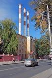 Byggnaden av kraftverket för Samaratillståndsområde på den Volzhsky avenyn i sommaren samara Royaltyfri Bild