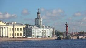 Byggnaden av Kunstkameraen på den Neva invallningen petersburg saint stock video