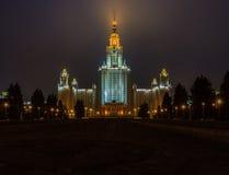 Byggnaden av Moskvauniversitetet på natten Royaltyfri Fotografi