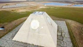 Byggnaden av radioradar i form av en pyramid på militärbas Pyramid för missilplatsradar i norr Nekoma royaltyfri fotografi