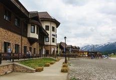 Byggnaden av Rosa Shelter med en restauranghåla skidar semesterorten Fotografering för Bildbyråer