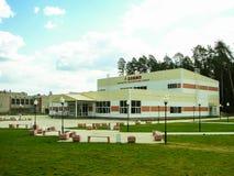 Byggnaden av sportar som är komplexa i den ryska staden av Yukhnov i den Kaluga regionen Fotografering för Bildbyråer