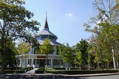 Byggnaden för att glorifiera konungen i det Chiang Mai universitetet royaltyfria foton