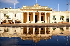 Byggnaden för den huvudsakliga vakten och kanslit i Pallacen kvadrerar i Valletta, ön av Malta Royaltyfria Bilder