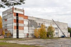 Byggnaden för utbildningen av brandmän i Ryssland arkivbild