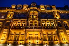 Byggnaden som är upplyst i natten Arkivfoton