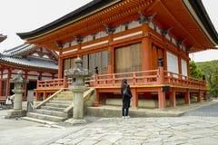 Byggnaden i Kiyomizu-dera, formellt Otowa-san Kiyomizu-dera, ?r en oberoende buddistisk tempel i ?stliga Kyoto royaltyfri fotografi