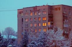 Byggnaden i vinterstad Arkivbild