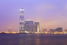 Byggnaden icc på sikten för Hong Kong hamnnatt Royaltyfri Fotografi