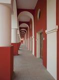 Byggnaden med kolonner och bågar Arkivbild