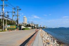 Byggnaden och sjösidavägen i Pattaya, Thailand Arkivbilder