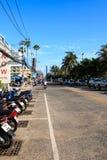 Byggnaden och sjösidavägen i Pattaya, Thailand Royaltyfri Bild