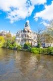 Byggnaden på den Singelgrachtkering kanalen, Nederländerna Royaltyfri Foto