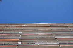 Byggnaden riktas till himlen byggande mång- storey Arkivfoton