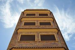 Byggnaden riktas till himlen byggande mång- storey Royaltyfri Foto