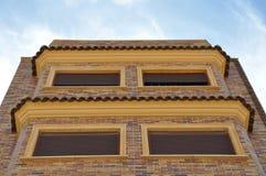 Byggnaden riktas till himlen byggande mång- storey Royaltyfri Bild