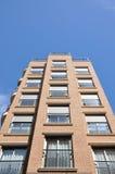 Byggnaden riktas till himlen byggande mång- storey Arkivfoto