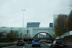 Byggnader över huvudvägen namngav Utrechtsebaan i Haag på huvudvägen A12 arkivbild