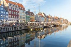 Byggnader, arkitektur, fartyg och reflexioner längs Nyhavnen arkivfoton