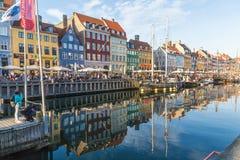 Byggnader, arkitektur, fartyg och reflexioner längs Nyhavnen arkivfoto