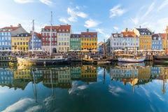 Byggnader, arkitektur, fartyg och reflexioner längs Nyhavnen royaltyfri fotografi