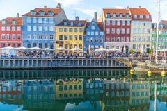 Byggnader, arkitektur, fartyg och reflexioner längs Nyhavnen royaltyfria foton