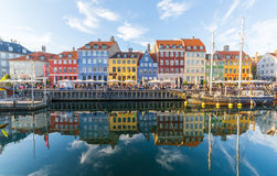 Byggnader, arkitektur, fartyg och reflexioner längs Nyhavnen fotografering för bildbyråer