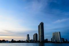 Byggnader av Chao Phraya River Royaltyfria Foton