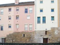 Byggnader av den historiska mitten i en europeisk stad arkivbild