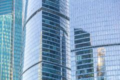 Byggnader av den moderna affärsmitten Arkivbild