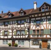 Byggnader av den schweiziska staden av Bremgarten Arkivfoton