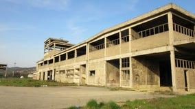 Byggnader av gamla brutna och övergav branscher i stad av Banja Luka - 10 Arkivfoto