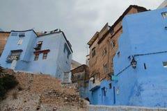 Byggnader av jord och blått i Chefchaouen Arkivfoton