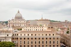 Byggnader av Rome med VaticanenSt Peter Dome i bakgrund Arkivfoto
