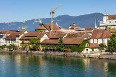 Byggnader av staden av Solothurn längs den Aare floden Royaltyfri Fotografi