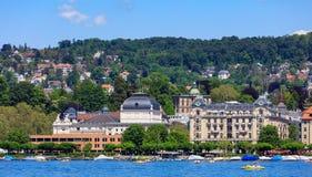 Byggnader av staden av Zurich längs sjön Zurich Royaltyfria Bilder