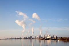 Byggnader av Tata stålsätter i den holländska staden av IJmuiden royaltyfria foton