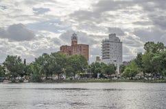 Byggnader bredvid sjön Arkivbild